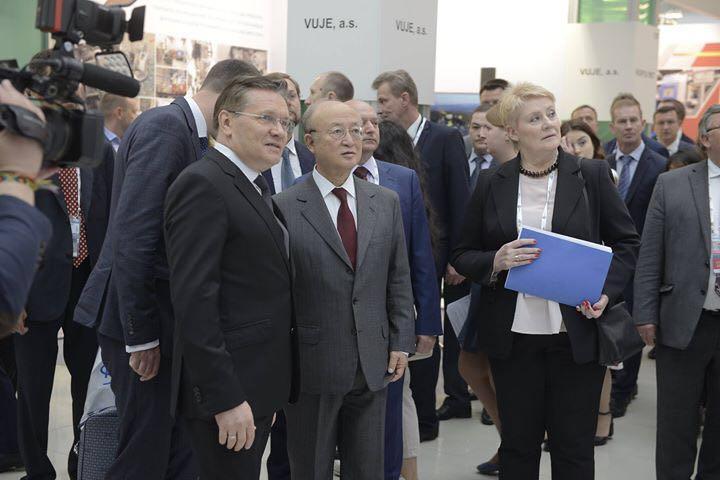 Yukiya Amano generálny riaditeľ IAEA (International Atomic Energy Agency) s generálnym riaditeľom Rosatomu Alexejom Lichačevom (vľavo).