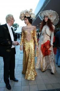 Cannes diváci v robe na ulici