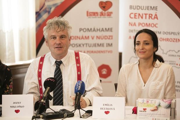 Jozef Mikloško predseda Úsmevu ako dar, Emília Bezáková sociálna pracovníčka Úsmevu ako dar