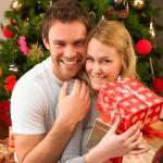 Mladý pár u stromečku s dárečky