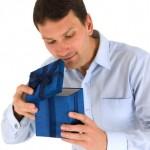 Muž s dárečkem