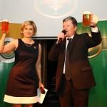 Pivnu korunku moderoval herec Peter Sklar spolu s prezidentkou Slovenskeho zdruzenia vyrobcov piva a sladu Juliou Hurnou