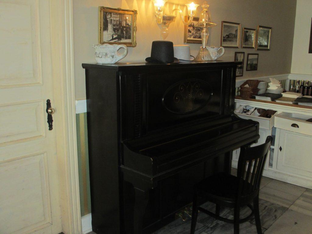 Atmosféru reštaurácie dotvára klavír, ktorý sa využíva pri viacerých akciách.