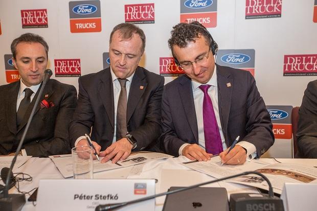 Kontrakt podpisujú Péter Stefkó za Delta-Truck a Serhan Turfan za Ford Trucks